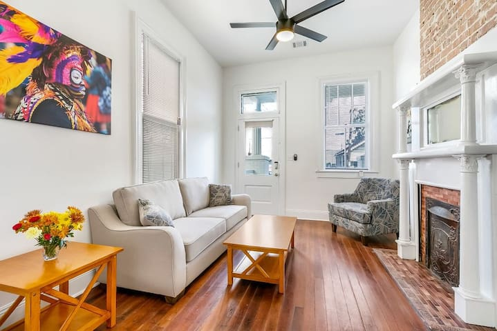 Luxury 2BR House in Uptown by Hosteeva