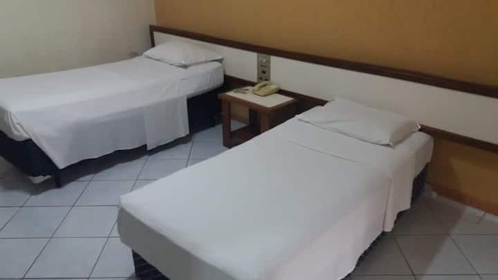 Apto simples c/2 camas em área central na capital