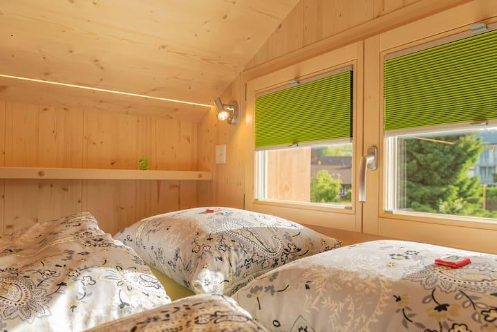 Auf der Galerie befinden sich zwei bequeme Betten
