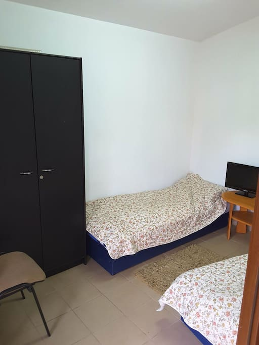 2 bed's room