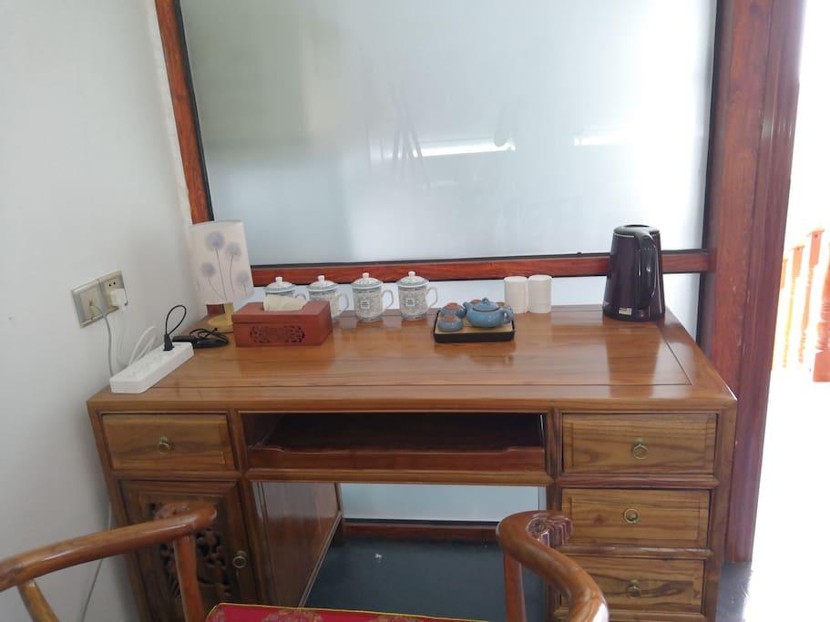 四楼 榻榻米房的书桌