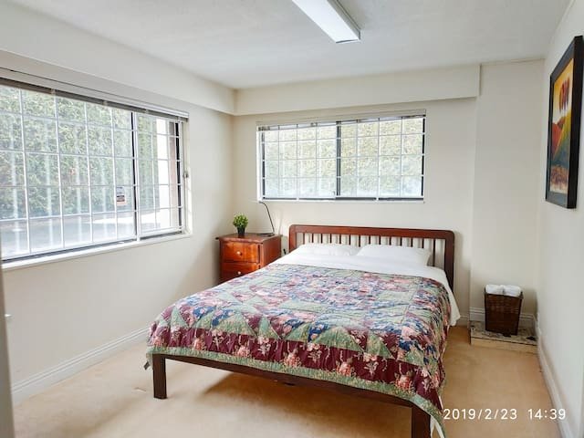 spacious room, 10mins to YVR, easy to DT, free pk
