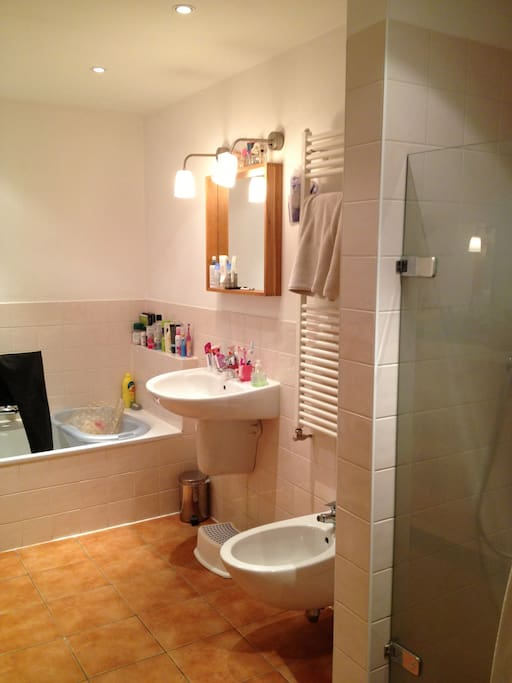 Bathroom with tubband shower