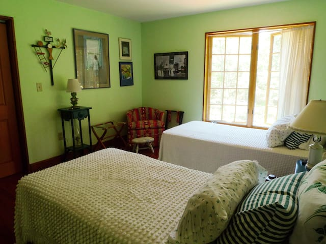 Spacious bedrooms, distinctive home - West Tisbury - Bed & Breakfast