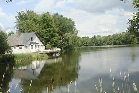 Maison de charme au bord d'un étang - Couvin