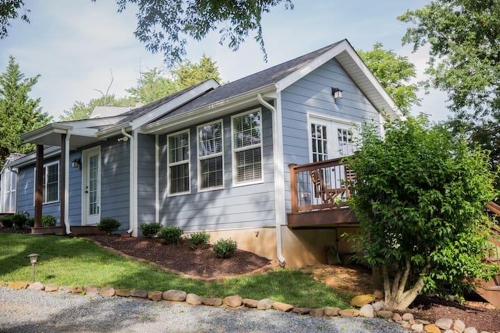 Private cottage near downtown uva case in affitto a for Affitto cabina charlottesville va