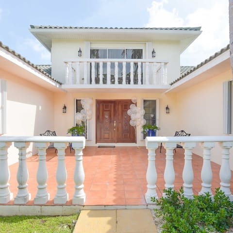 Gorgeous 6 Bdrm Villa in the Heart of 7 Mile Beach