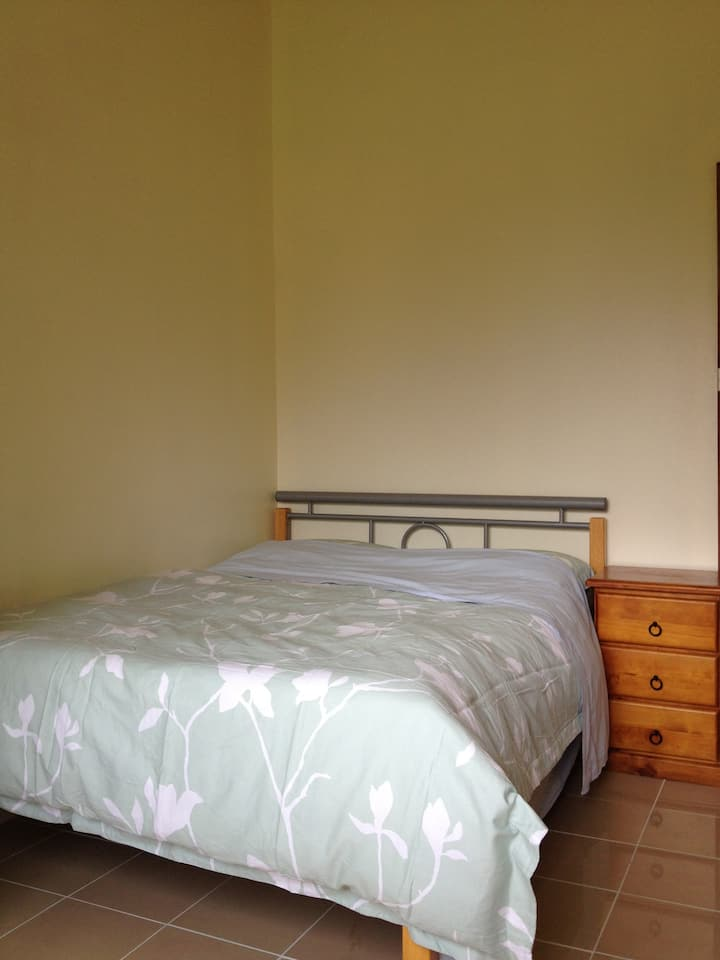Comfy double room by creek AC NBN