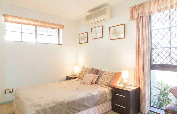 Cute Private Apartment for Couples - Ascot