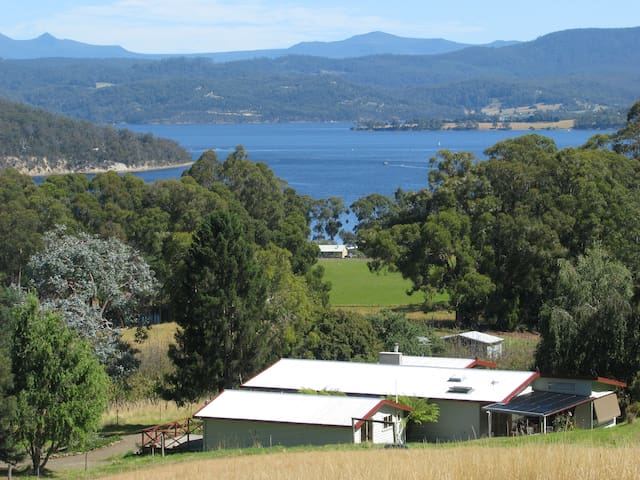 Farm stay near Cygnet, Huon Valley - Deep Bay - กระท่อม