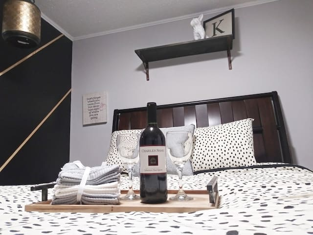 Bright bedroom close to everything + Wine!