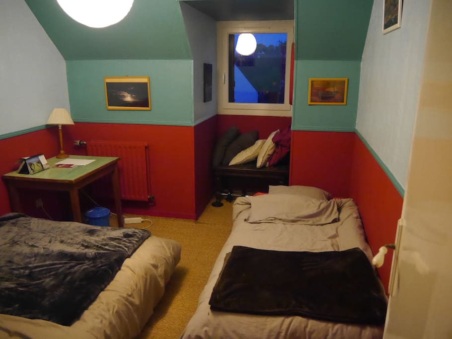 Les deux lits et la fenêtre.