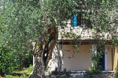 TRADITIONAL OLIVE GROVE HOUSE - Argyrades - Hus