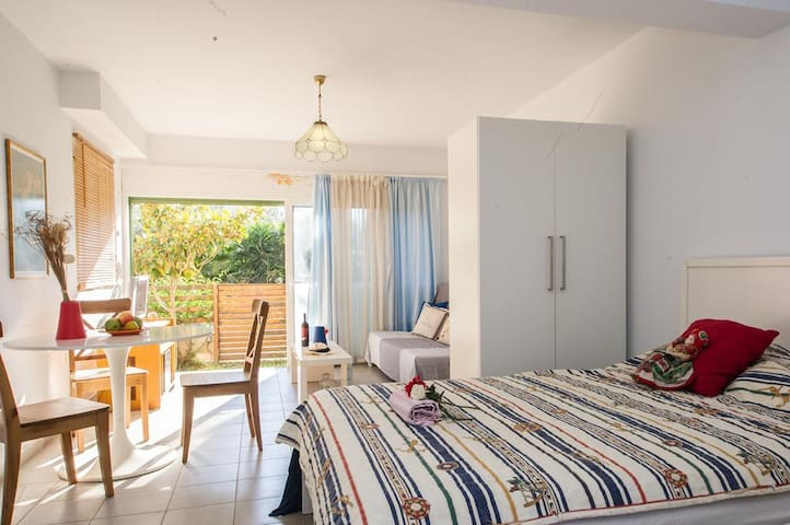 """Chic and comfy studio"" just 150m from the beach - Kalamata - Apartamento"