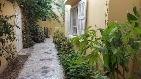 Ouakam - Privat studio i hus med hage