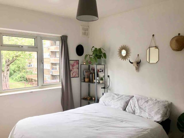 Lovely private room. 2 min walk from station Zone2
