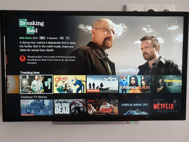 """32"""" Smart TV with 200 channels and NETFLIX"""