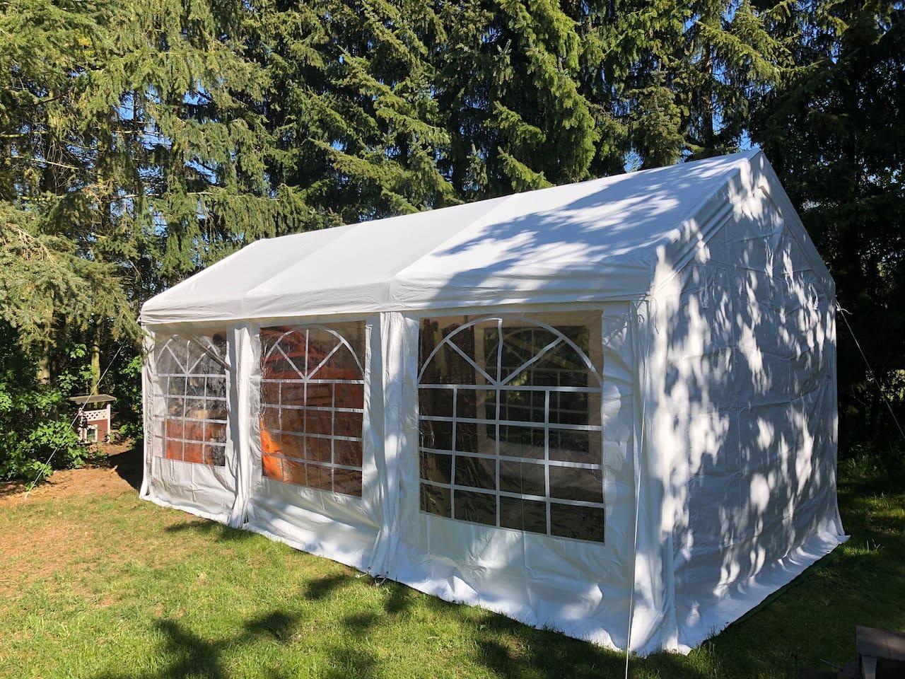 Das große 3x6 m Zelt mit maximal 4 Feldbetten, beheizbar (siehe Bausteinsystem unter Hausregeln)