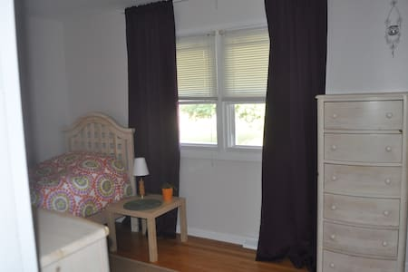 Cozy Private Room in a Great Local - Grand Rapids