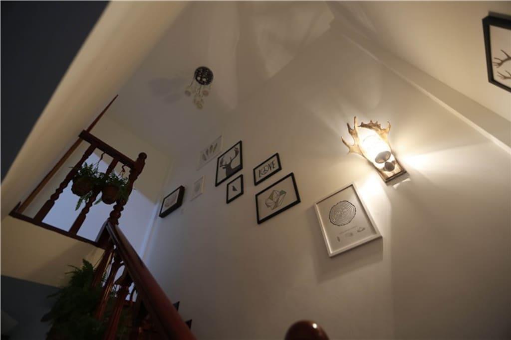 高大上的实木楼梯当然必须是别墅的标配,墙上挂的每一件小装饰品都是店主精挑细选的哦,很有feel有木有