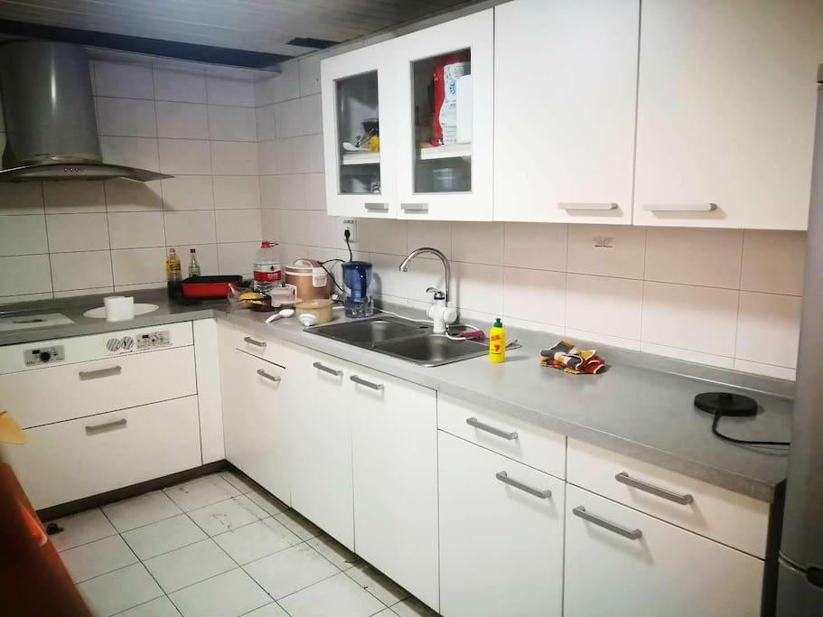 厨房为旅客准备了免费使用的厨电设备及餐具,用完后清洗放回原处即可