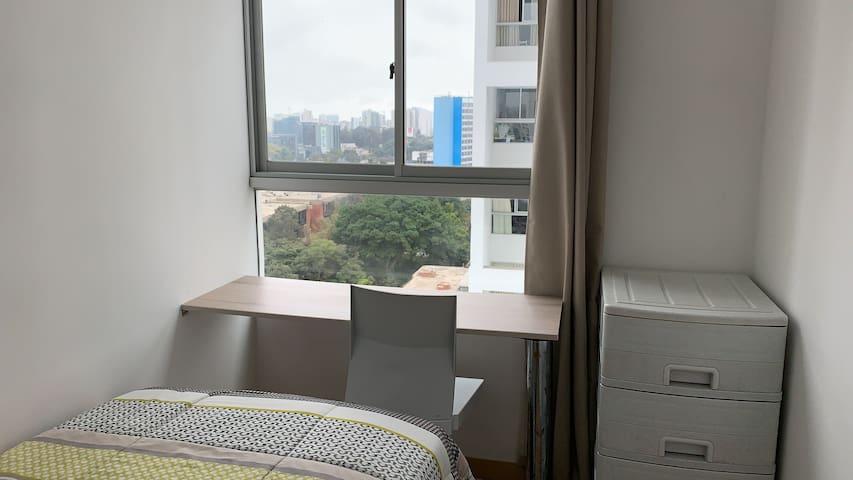 La segunda habitación es individual y acogedora. Con una pequeña mesa de trabajo.