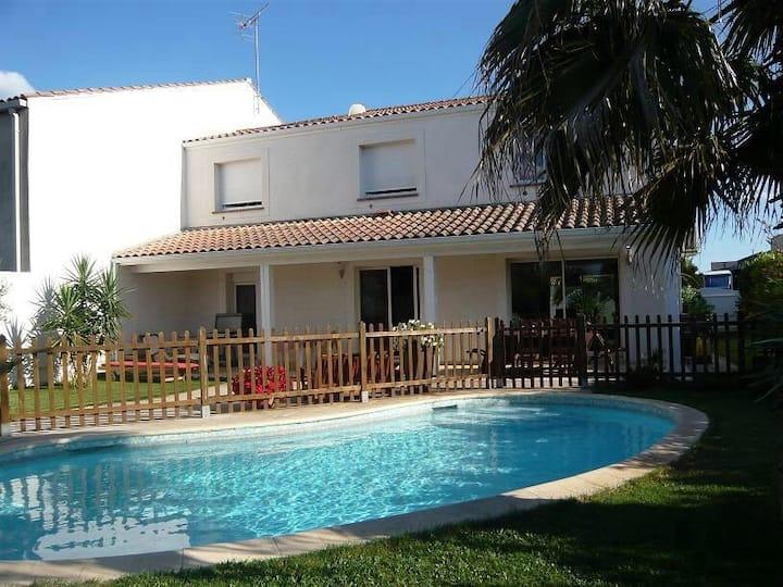 Jolie villa avec piscine pour 10 personnes
