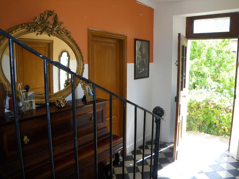 L'entrée commune de la maison avec ses carreaux de ciments anciens