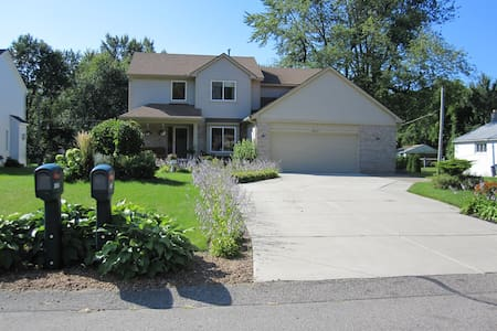 Family & Eco Friendly House - Livonia - Casa