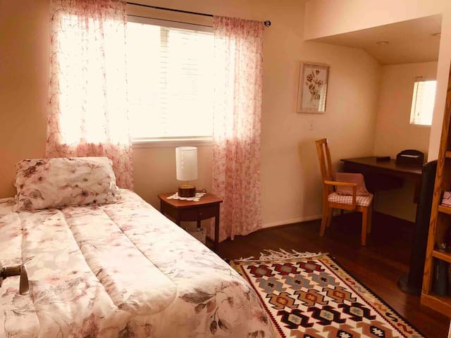 Private Room -Walking Distance to CSUN-Single Room