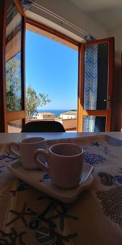 Un caffè ammirando il mare