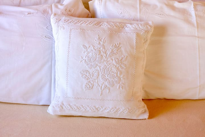We use two pairs of pillows, a harder and a softer one.