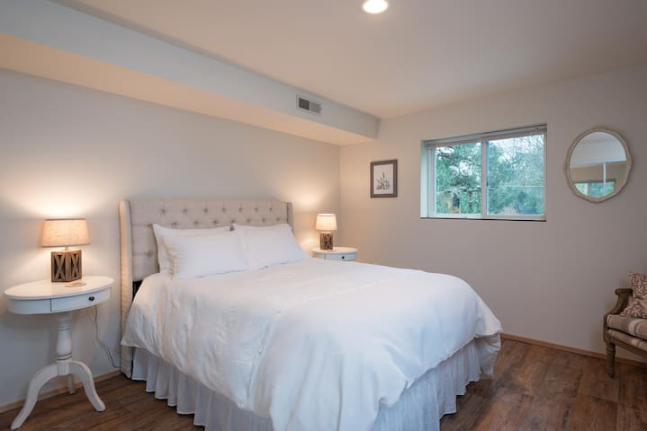Spacious bedroom with two nightstands and two lamps.