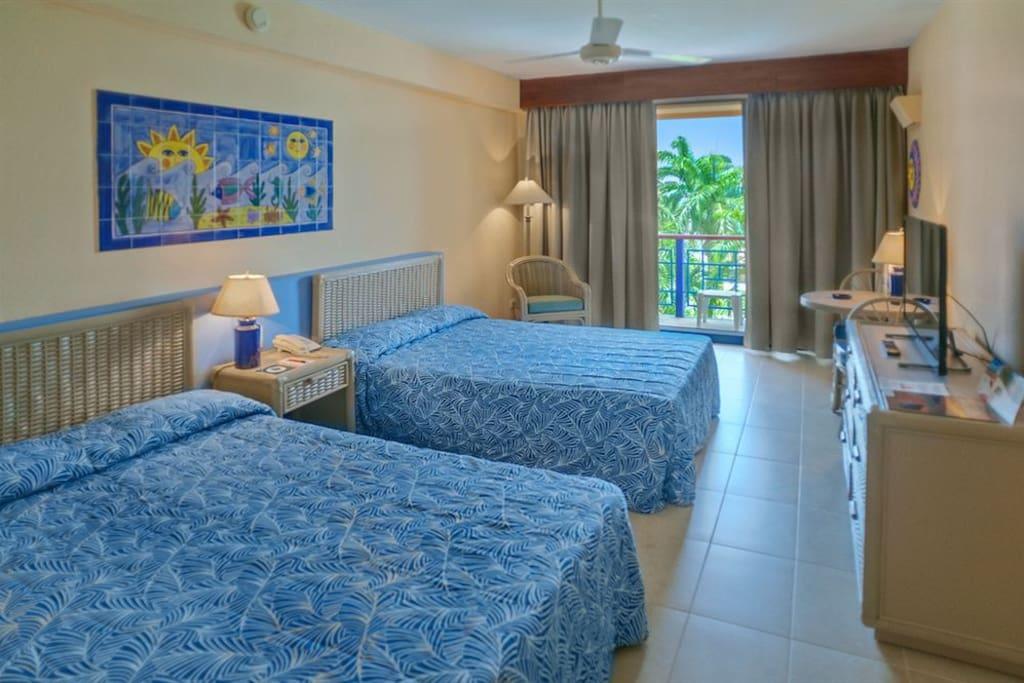 Habitación con sus dos camas dobles. Room with two double beds