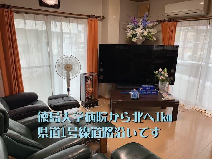 宿はグッドリッチは大画面テレビでのカラオケやマッサージチェアでのリラックスと寿司パーティが出来ます。