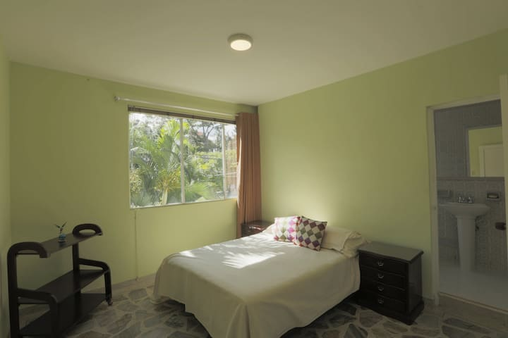 Large room with private bathroom - Medellín - House