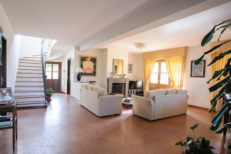 Villa ai confini con la Toscana  - Acquapendente
