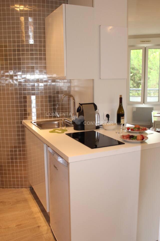 Cuisine équipée four micro-ondes, machine Nespresso, plaques vitro, réfrigérateur...