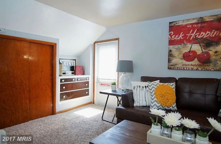 Cozy, modern loft apartment. Minutes to BWI