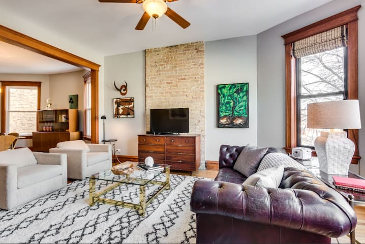Logan Square Beauty with 2 Bedrooms