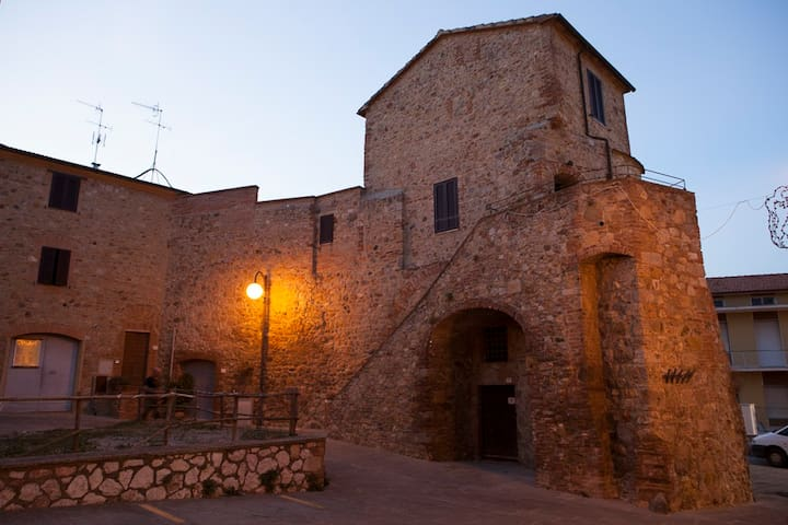 Medieval round tower in Tuscany - Batignano - House