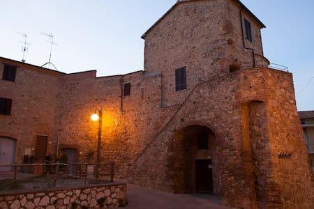 Medieval round tower in Tuscany - Batignano - บ้าน