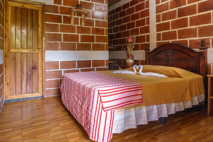 Twin room, private bathroom &  air conditioning
