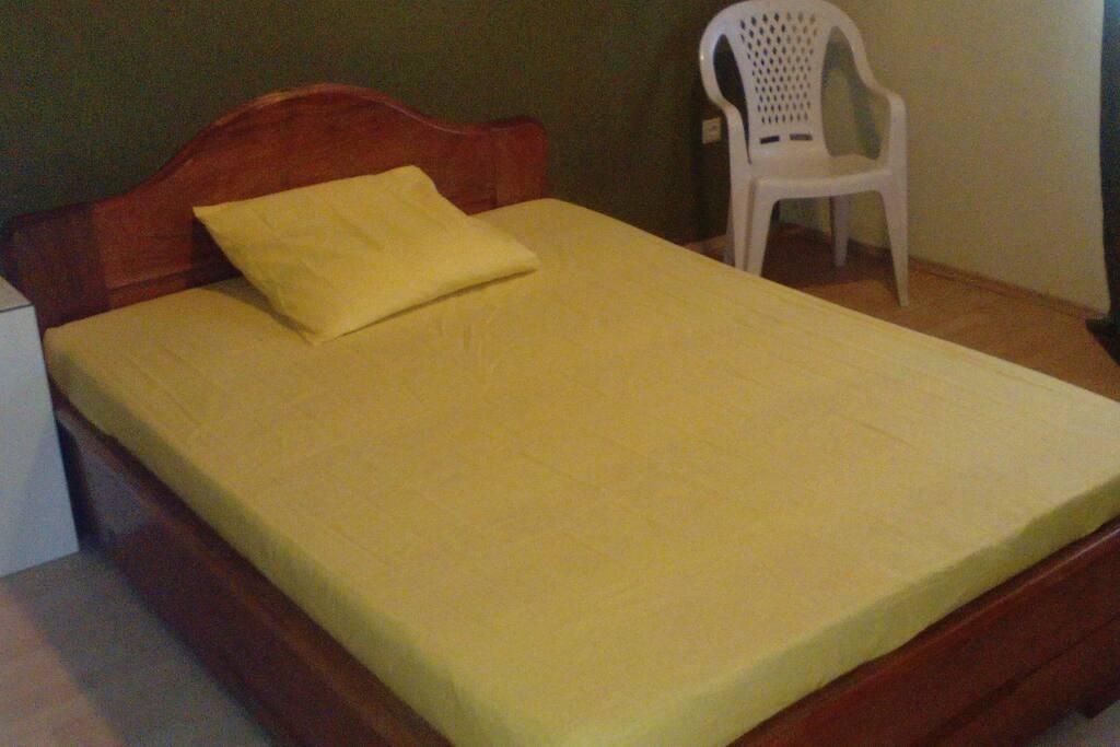 Belle chambre à couché avec un beau lit confortable