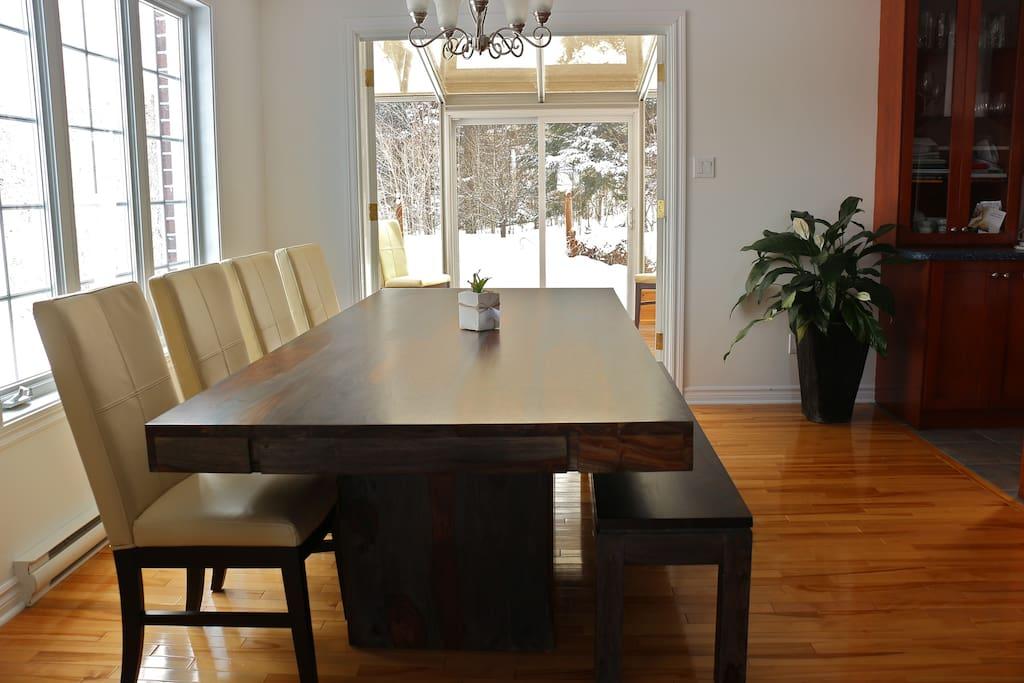 Salle à manger avec accès à la verrière/spa extérieur