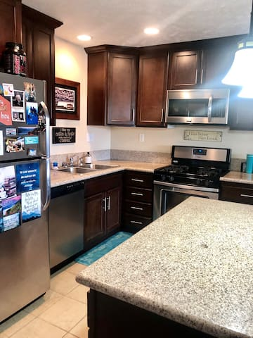 Modern 1BR apartment 6 minutes from downtown!