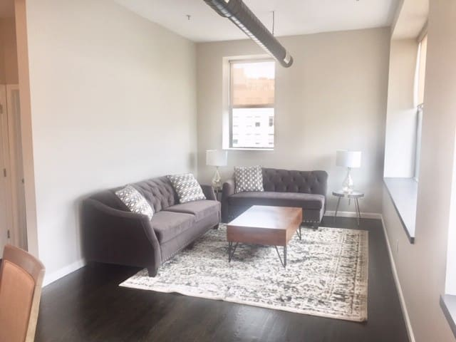 Gorgeous Sunlit 2 bedroom Condo In Downtown Lynn