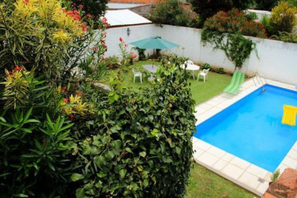 A relajarse en la piscina de Yunga Hostel.