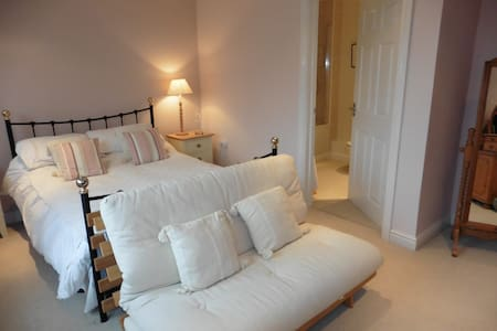 Private flat -large bedroom, ensuite, kitchen. - Apartment