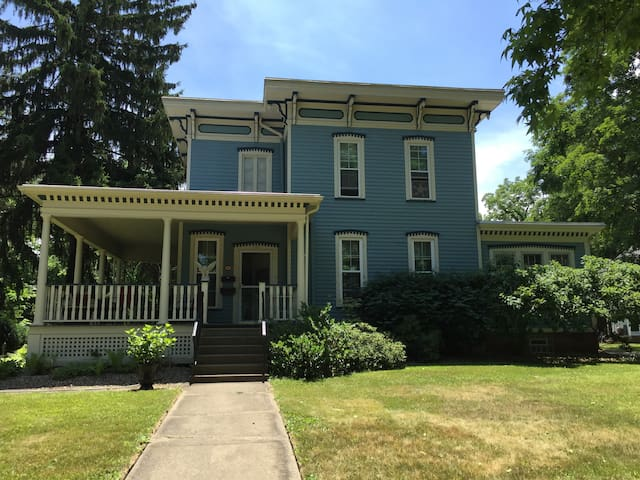 Historic Home right off campus! - Oberlin - Leilighet